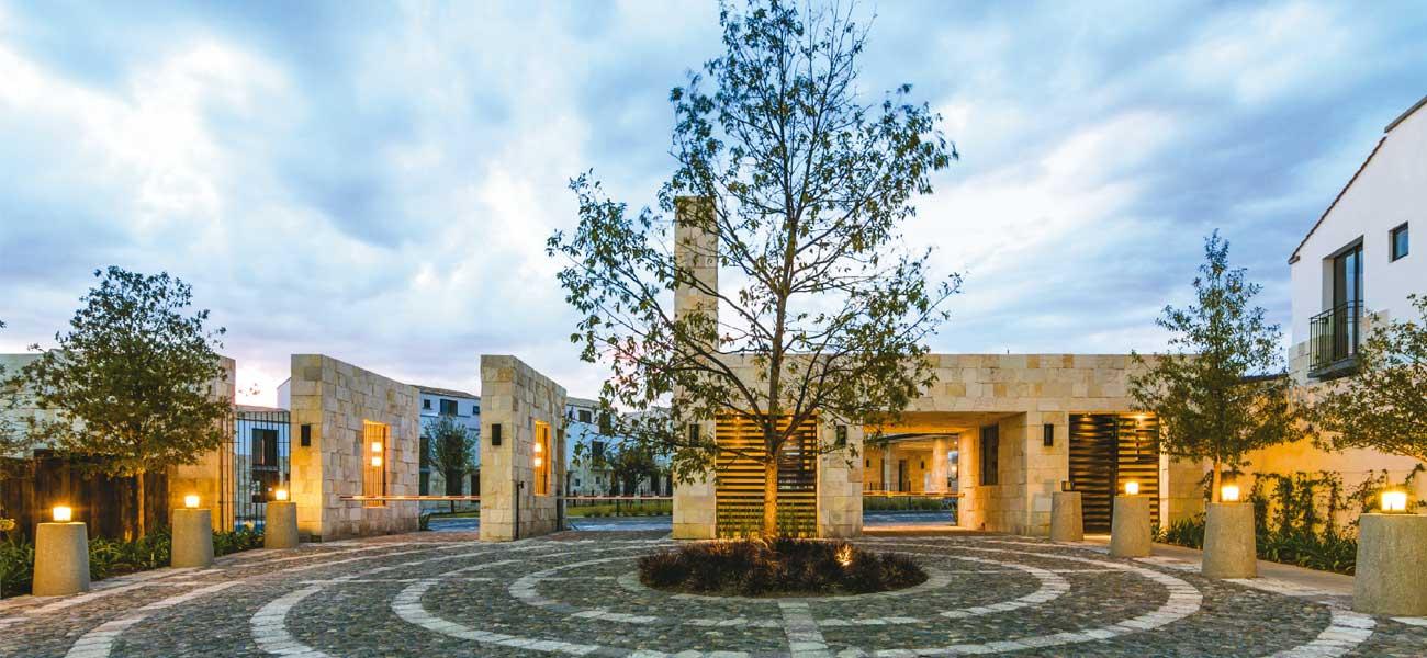 Torre de Piedra Bugambilias